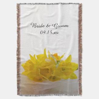 Gelbe Narzissen auf weißer Frühlings-Hochzeit Decke