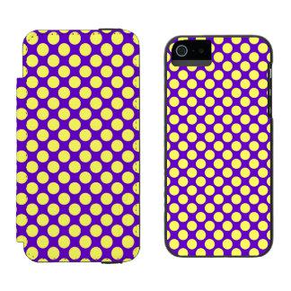 Gelbe Polka-Punkte mit lila Hintergrund STaylor Incipio Watson™ iPhone 5 Geldbörsen Hülle