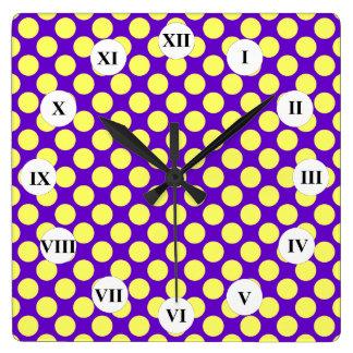 Gelbe Polka-Punkte mit lila Hintergrund STaylor Quadratische Wanduhr