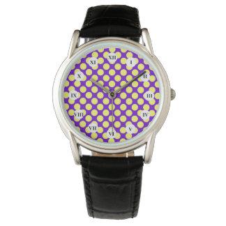 Gelbe Polka-Punkte mit lila Hintergrund STaylor Uhr