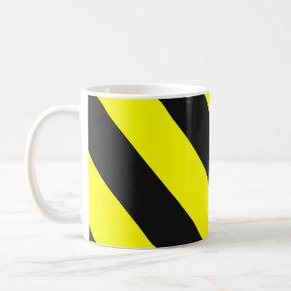 Gelbe schwarze Aufmerksamkeits-warnende Streifen Kaffeetasse