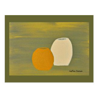 Gelbe und weiße Krüge auf grünem Hintergrund Postkarte