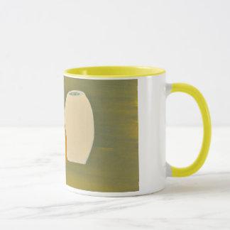 Gelbe und weiße Krüge auf grünem Hintergrund Tasse