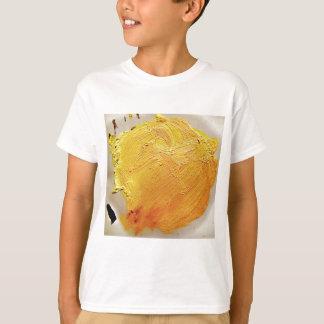 Gelber Farbenfleck der Beschaffenheit T-Shirt