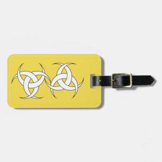 Gelber Gepäckanhänger mit Lederband