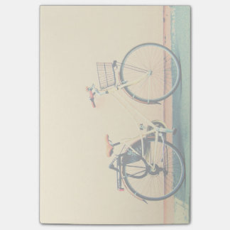 Gelbes Rad des Fahrrad-Korb-Fahrrad-zwei Post-it Klebezettel