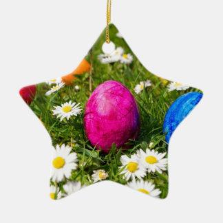 Gemalte Ostereier im Gras mit Gänseblümchen Keramik Ornament