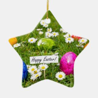 Gemalte Ostereier im Gras mit weißen Gänseblümchen Keramik Ornament