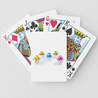 Gemalte Ostereier stehend in den Poker Karten