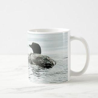 Gemeiner Loon auf dem Wasser Kaffeetasse