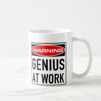 Genie Arbeits-am lustigen warnenden Verkehrsschild Kaffeetasse