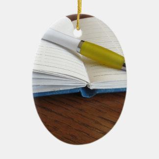 Geöffnetes freier Raum gezeichnetes Notizbuch mit Keramik Ornament