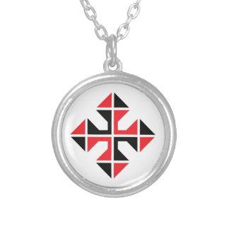 Geometrische Art rotes und schwarzes Kreuz Versilberte Kette