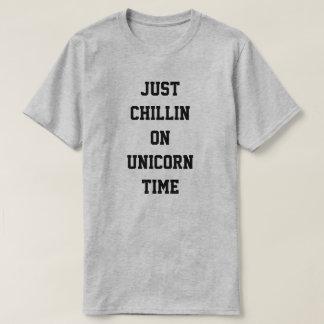 Gerade Chillin auf Einhornzeit T-Shirt