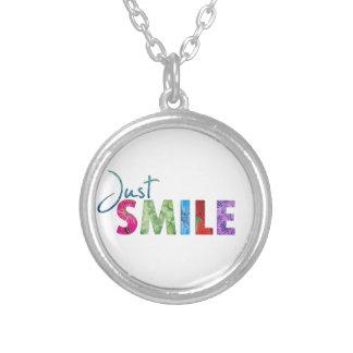 Gerade Lächeln-glückliches Zitat 01 Versilberte Kette