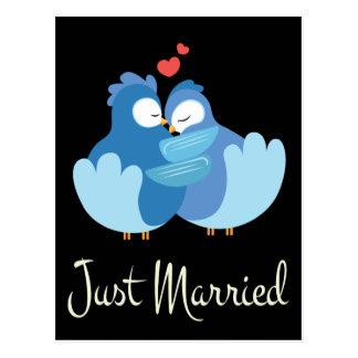 Gerade verheiratete blaue Lovebirds-schwarze Postkarte