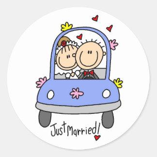 Gerade verheiratete Braut und Bräutigam-T-Shirts u Runder Sticker