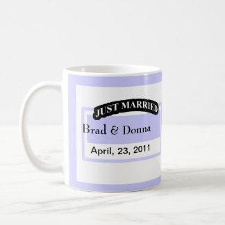 Gerade verheiratete Hochzeits-Tassen Tasse