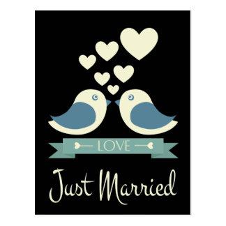 Gerade verheiratete LoveBirds-schwarze Postkarte