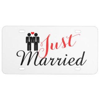 Gerade verheiratete zwei Bräutigame mit Herzen US Nummernschild