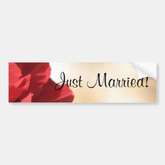 Gerade verheiratetes rotes Blumen Autoaufkleber