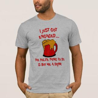 Gerade verlobtes trinkendes Shirt