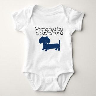 Geschützt durch eine Dackel (blau) Babybody