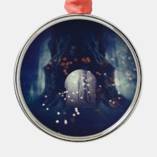 Gespenstischer Baum im Wald 2 Rundes Silberfarbenes Ornament