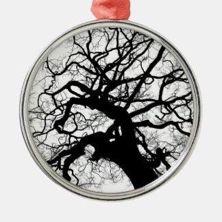 Gespenstischer Baum (Schwarzweiss) Rundes Silberfarbenes Ornament