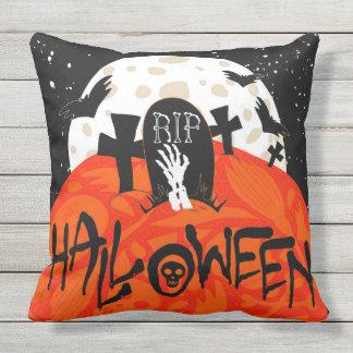 Gespenstischer Friedhof Halloweens schlägt Kissen Für Draußen