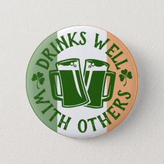 Getränke gut mit anderen   lustigen St Patrick Tag Runder Button 5,7 Cm