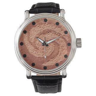 Gewundene alte Felsen-Kunst-Symbol-Uhr Armbanduhr