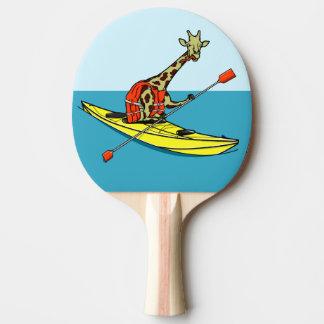 Giraffe in einem Kajak Tischtennis Schläger