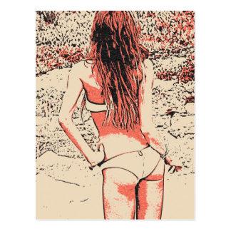 Glamourmädchen, das in der heißen Wäsche am Strand Postkarte