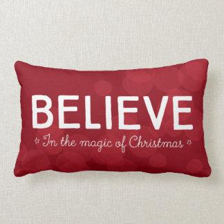 Glauben Sie an die Magie von Weihnachten • rotes Lendenkissen