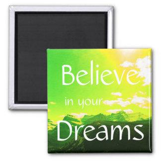 Glauben Sie an Ihre Traum-Berge mit gelbem Himmel Quadratischer Magnet