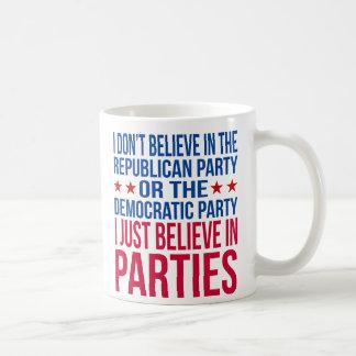 Glauben Sie an lustiges politisches Rotes der Tasse