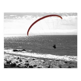 Gleitschirmfliegen durch die Ozean-Postkarte Postkarte