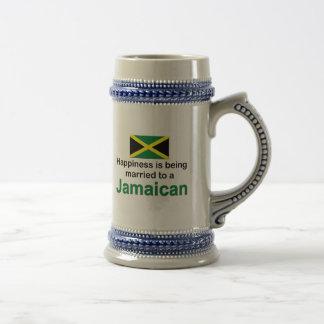 Glücklich verheiratet zu einem jamaikanischen bierglas