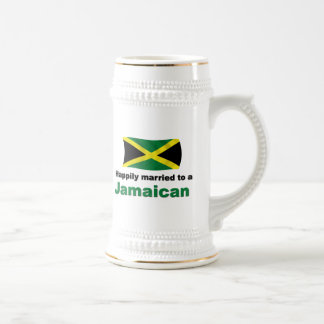 Glücklich verheiratetes jamaikanisches bierglas