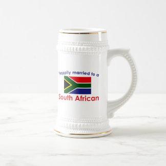 Glücklich verheiratetes südafrikanisches bierglas