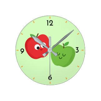 Glückliche Apfel-niedlicher fruchtiger Cartoon Runde Wanduhr
