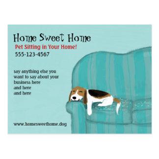 Glückliche Couch-Hundepostkarte Postkarte