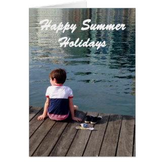 Glückliche Sommerferien, kleiner Junge auf der Karte