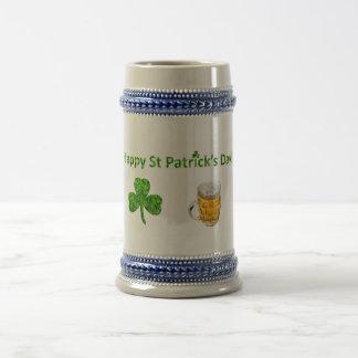 Glücklichen St Patrick Tag! Klee und Bier Bierglas