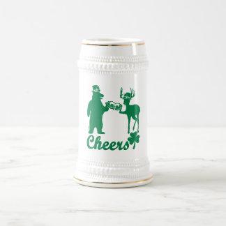 Glücklicher Beifall St. Patricks Tages! Bierglas