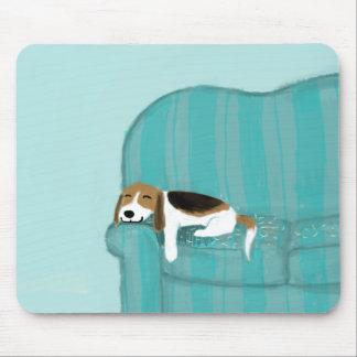 Glücklicher Couch-Hund - niedlicher Beagle Mauspad