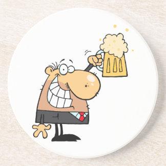 glücklicher Mann-Cartoon der mit Bier feiert Getränke Untersetzer