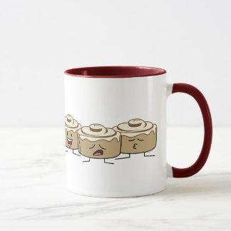 Glücklicher niedlicher lächelnder Zimt Rolls Tasse