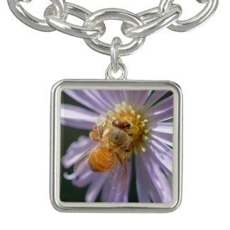 Goldbiene auf einer weißen Blume Armband